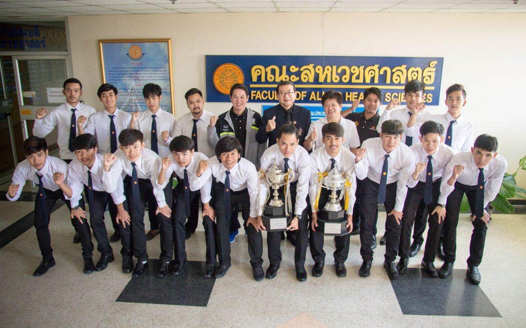 นักกีฬาฟุตซอลแห่งมหาวิทยาลัยธรรมศาสตร์ได้รับรางวัลชนะเลิศรับถ้วยพระราชทานสมเด็จพระบรมโอรสาธิราชฯ จากการแข่งขันฟุตซอลอุดมศึกษา นอร์ทกรุงเทพ กรมพลศึกษา แชมเปี้ยนชิพ ครั้งที่ 8