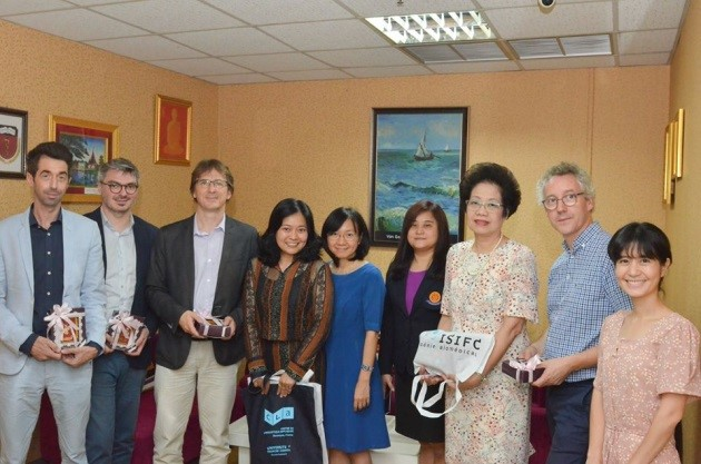 Dean, Assoc. Prof. Dr. Plaiwan Suttanon and administrative faculties welcomed the executives from the University of Franche-Comte', France