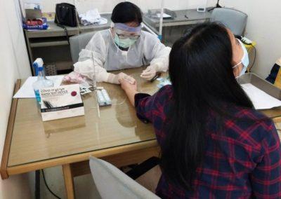 วันที่ 2 กุมภาพันธ์ 2564 ศูนย์บริการสุขภาพคณะสหเวชศาสตร์ ให้บริการตรวจคัดกรองโรคโควิด19 แก่เจ้าหน้าที่ สำนักงานศูนย์วิจัยและให้คำปรึกษาแห่งมหาวิทยาลัยธรรมศาสตร์ ณ มหาวิทยาลัยธรรมศาสตร์ ท่าพระจันทร์