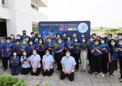 คณะผู้บริหารนำโดย รศ.ดร.ไพลวรรณ สัทธานนท์ คณบดีคณะสหเวชศาสตร์ คณาจารย์และเจ้าหน้าที่ทุกภาคส่วน ร่วมใจกันปลูกพืชผักสวนครัวเพื่อสุขภาพที่ดี ในโครงการ Holistic Health Hub (3H) ณ บริเวณ ลานชั้น 6 อาคารปิยชาติ