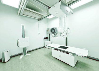 เครื่องเอกซเรย์วินิจฉัยทั่วไป แบบแขวนเพดาน ยี่ห้อ Fujifilm รุ่น FDR smart x พร้อมชุดรับและแปลงสัญญาณภาพเอกซเรย์เป็นดิจิทัล   เครื่องใหม่สำหรับการจัดการเรียนการสอนแก่นักศึกษารังสีเทคนิค